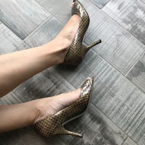 Dark gray/gold print peep toe pumps